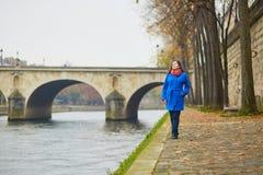 美丽的年轻游人在巴黎在一个秋天或春日 库存图片