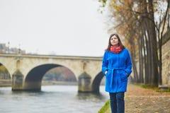 美丽的年轻游人在巴黎在一个秋天或春日 免版税库存照片