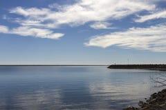 美丽的仍然湖在冬天 免版税库存图片