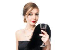 美丽的玻璃红葡萄酒妇女 减速火箭的样式 免版税库存照片