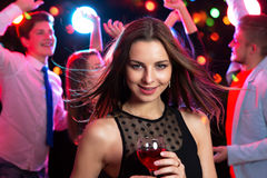 美丽的玻璃酒妇女年轻人 免版税库存图片