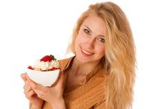 美丽的年轻白种人白肤金发的妇女拿着可口果子s 库存图片