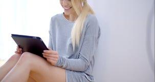 美丽的年轻白肤金发的女孩画象  股票视频