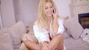 美丽的年轻白肤金发的女孩画象  股票录像