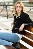 美丽的年轻白肤金发的妇女在都市背景中 图库摄影
