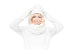 美丽的年轻白肤金发的妇女巫婆冬天帽子和围巾 免版税库存照片