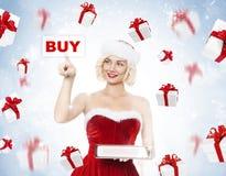 美丽的年轻白肤金发的妇女当圣诞老人女孩 库存图片