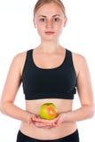 美丽的年轻白肤金发的妇女用一个苹果在他的手上 库存图片