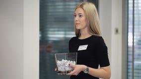 美丽的年轻白肤金发的妇女高雅企业样式礼服画象  股票录像