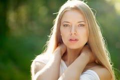 美丽的年轻白肤金发的妇女画象有干净的面孔的- outdoo 免版税库存图片