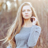 美丽的年轻白肤金发的户外妇女画象 图库摄影