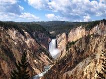 美丽的黄石国家公园峡谷落与蓝天 免版税库存照片