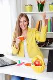 美丽的年轻秘书饮用的咖啡 免版税库存图片