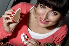 美丽的滑稽的妇女切口姜饼从面团塑造 图库摄影