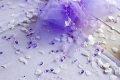 美丽的紫罗兰色婚礼装饰材料 免版税库存图片
