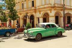 美丽的绿色减速火箭的汽车在古巴镇 库存图片