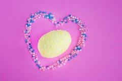 美丽的黄色复活节彩蛋在心脏 免版税库存图片