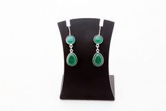 美丽的绿色宝石银耳环 图库摄影