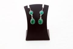 美丽的绿色宝石银耳环 免版税库存照片