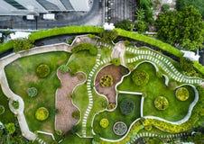 美丽的绿色庭院的顶视图空中射击 库存照片