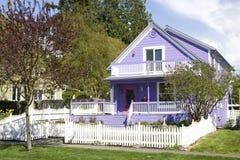 美丽的紫色房子 免版税库存图片