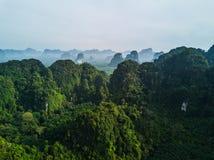 从美丽的绿色热带山上空中射击的看法  图库摄影