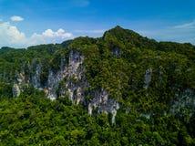 美丽的绿色热带山顶视图空中射击清早 库存照片