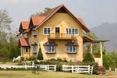 美丽的黄色石房子在旅游圣地Pai,夜丰颂,泰国 库存图片