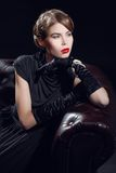 美丽的黑色礼服妇女年轻人 免版税库存图片
