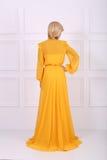 美丽的黄色礼服 免版税库存照片