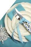 美丽的水色蓝色欢乐圣诞节餐桌餐位餐具-垂直 库存照片