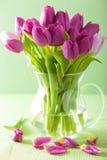 美丽的紫色郁金香开花在花瓶的花束 免版税库存照片