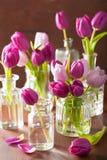 美丽的紫色郁金香开花在花瓶的花束 免版税库存图片