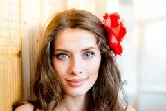 美丽的年轻蓝眼睛夫人特写镜头画象有阴影的从在轻的拷贝空间背景的窗帘 免版税库存照片