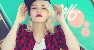 美丽的年轻行家白肤金发的妇女 影视素材