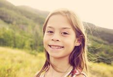 美丽的年轻西班牙女孩坦率的画象 免版税库存图片
