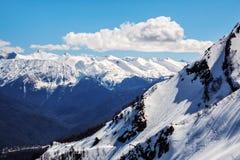 美丽的主要白种人土坎的山风景风景与多雪的山峰的在冬天 免版税图库摄影
