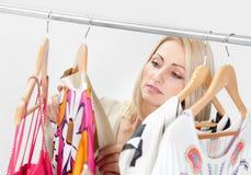 美丽的年轻人woomen选择礼服佩带 免版税库存照片