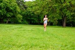 美丽的年轻运动的女孩在公园 库存图片