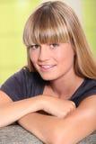 美丽的年轻金发碧眼的女人 免版税库存图片
