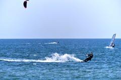 美丽的年轻风筝冲浪者 免版税库存图片