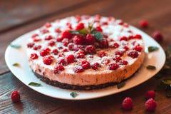 美丽的素食主义者蛋糕用莓 免版税库存照片