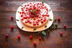 美丽的素食主义者蛋糕用莓 免版税库存图片