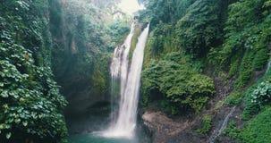 美丽的Aling Aling瀑布鸟瞰图在巴厘岛 股票视频
