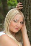 美丽的bblonde女孩在公园 免版税库存图片