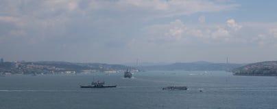 美丽的Bosphorus桥梁和海峡有船的,如被看见从伊斯坦布尔的欧洲边,在土耳其 库存照片