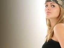 美丽的camo妇女年轻人 免版税库存图片
