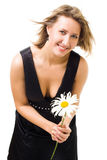 美丽的camomil花愉快的藏品微笑妇女 免版税图库摄影