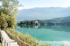 美丽的Castel Toblino的图象在早晨光的意大利 免版税图库摄影