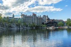 美丽的castkill峭壁叶子房子湖mohonk山区标准时间顶层谷浩大的视图 免版税库存图片